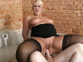 Опытная грудастая блондинка соблазнила чувака на стройке и поскакала на его члене