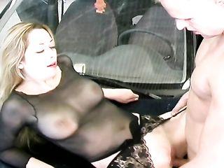 Блондинка подставила бритую вагину под сочный член автомобильного мастера