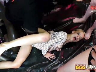 Зрелую телку трахают в групповом немецком порно, а затем писают ей на лицо и в рот
