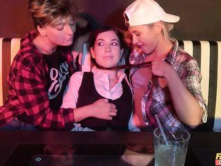 Пьяные лесбиянки с маленькими сиськами устроили красивую однополую оргию в ночном баре