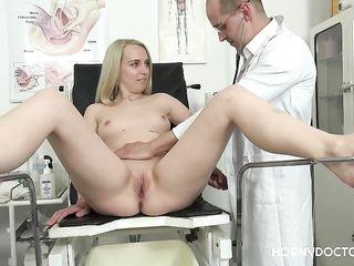 Очкастый доктор в возрасте осмотрел и трахнул в дырочку обнаженную блондинку с маленькими сиськами