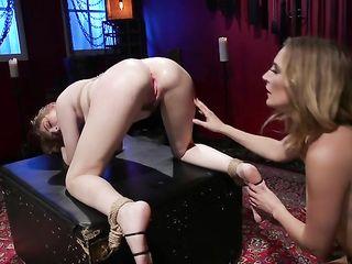Важная лесбиянка с длинными ногами связала близкую подругу, отхлестала плеткой и поимела в анал