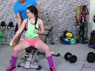 Мускулистый тренер с длинным хером поимел наивную молодую спортсменку в тренажерном зале