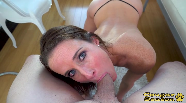 Аппетитная блондинка в домашнем порно сладко сосала пенис своему дружку
