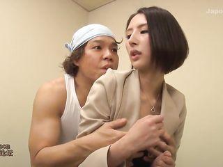 Мужик лижет японке в туалете клитор и возбуждает ее двумя вибраторами