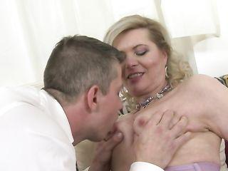 Зрелая женщина с красивой фигурой и выбритой пилоткой красиво трахается с татуированным студентом