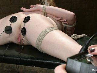 Высокая госпожа в коротком кожаному платье избила рабыню по сраке плеткой и ублажила электричеством