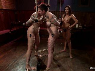 Грудастая лесбиянка без трусов устроила БДСМ секс с двумя татуированными пленницами