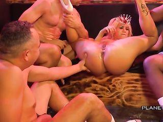 Белокурая американская порно дива дрочит вагину перед мужиками, а затем умывается спермой