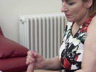 Опытная зрелая женщина с красивой попкой умеет делать классный горловой минет со слюнями
