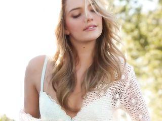Высокая эротичная модель Kenna James раздевается и дрочит выбритую киску в саду перед подружкой