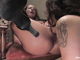 Татуированная госпожа в черном наряде устроила для рабыни грубый анальный БДСМ фистинг