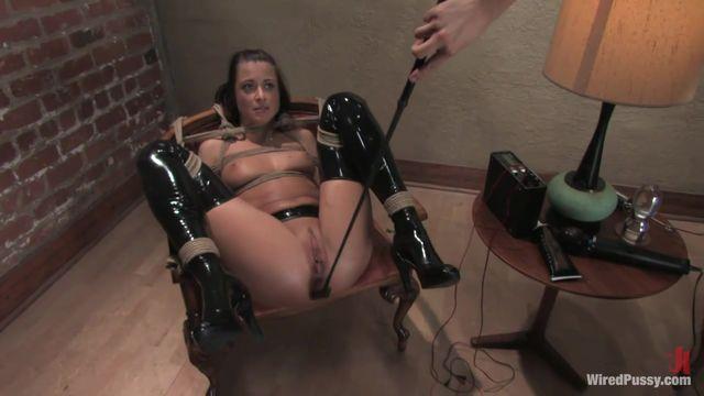 Порно госпожа фистингует раба и рабыню