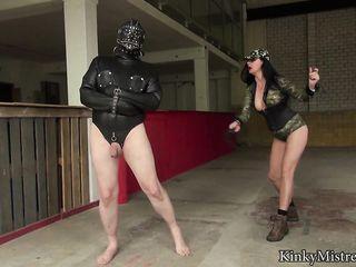 Пухлая женщина в армейской униформе возбудила жирного раба кожаной плеткой, и подрочила член руками
