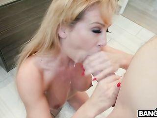 Голая русая женщина Cherie Deville занимается сексом с татуированным студентом в ванной комнате