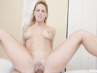 Высокая белокурая секс актриса с большой попкой Cherie Deville снялась в любительском порно видео
