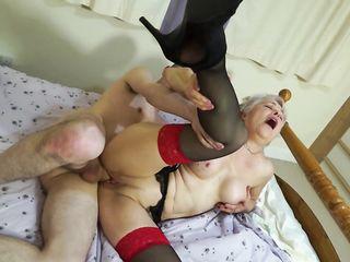 Седоволосая зрелая женщина с торчащими сосочками раздел и классно трахнула девственного парня