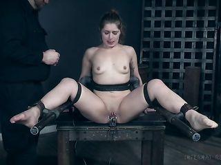 Классная Hardcore мастурбация доводит до судорожного оргазма пухленькую пленницу с большой попкой