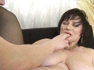 Мягкая толстая женщина в черных чулочках красиво трахается с молодым парнем из соседнего дома