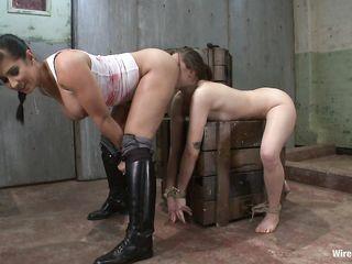 Сочная пленница с красивой задницей любит грубый электросекс и обожает грязные порно БДСМ игры