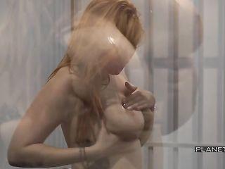 Рыжая заключенная мастурбирует влагалище перед зеками и жрет теплую сперму с милой ухмылкой на лице