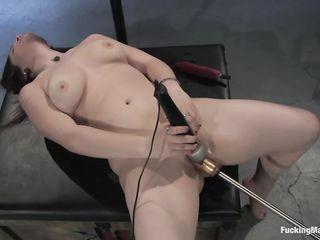 Брюнетку трахает искусственный член, прикрепленный к секс машине, который доводит телку до оргазма
