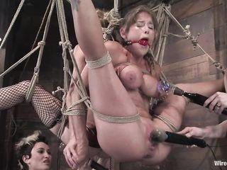 Две девушки связали своих подруг, подвесили их на веревках, после чего устроили БДСМ со сквиртом