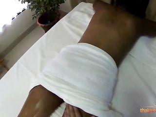 Красивая азиатка с бритым лобком и крупными сосками потела во время эротичного массажа