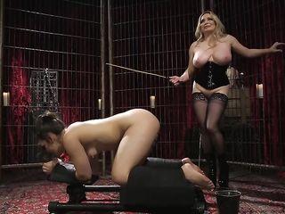 Толстая лесбиянка в униформе устроила жесткие сексуальные испытания для милой черноволосой рабыне