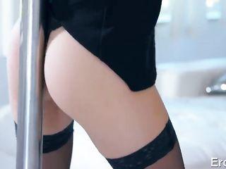 Высокая стриптизерша в черных чулках красиво возбуждает клиента стриптизом