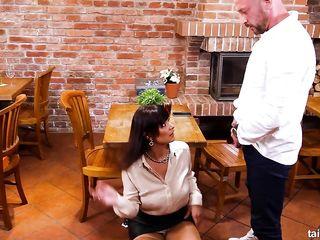 Старая официантка дала пописать на голову, а далее удовлетворила лысого клиента на полированном столе