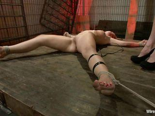 Властная госпожа в коротком черном платье испытывает новые электрические порно игрушки на рабыне