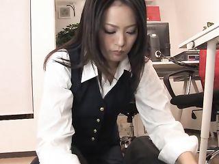 Нахальный начальник трахает в ротик азиатку с маленькими сиськами