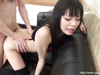 Парень грубо трахает японскую красотку в вагину, а затем пробует с ней горячий анал и кончает в попку