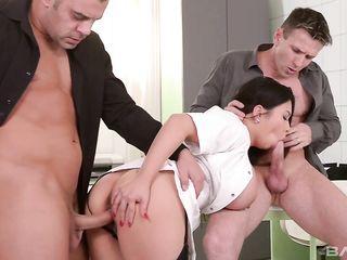 Двое парней устроили эффектной брюнетке двойное проникновение, а в конце накормили девушку спермой