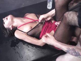 Безумный Hardcore секс с избиением по заднице и кучерявому влагалищу брюнетки