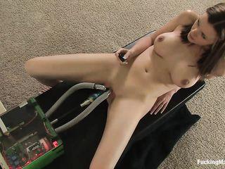 Грудастая девушка испытала оргазм от работы великолепной секс машины