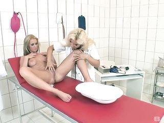 Блондинке на приеме у женщины-гинеколога раскрывают вагину, ласкает клитор пальцами и лижут клитор