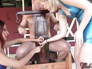 Две девушки бьют мужика по члену, дрочат ему, а в конце заставляют лизнуть его собственную сперму