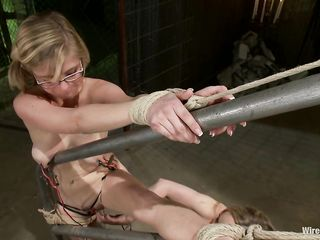 Пышногрудая блондинка во время БДСМ трахает подругу длинным самотыком в жопу и бьет ее электрическим током