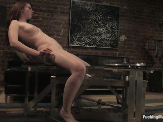Мощная сексуальная машина доставила массу довольствия голой брюнетке с большим клитором