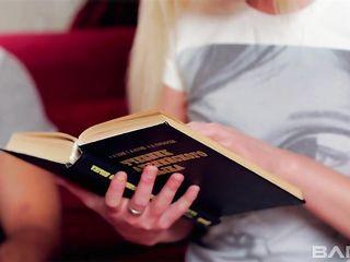 Голая русская студентка в короткой юбке умудрилась спустить во время первого анального секса
