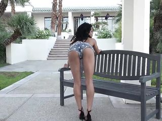 Тощая негритянка с большими губами и маленькими сиськами разделась на скамейке перед домом