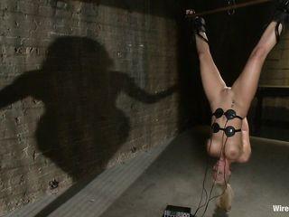 Жестокие БДСМ порно пытки доводят до экстаза связанную блондинку с силиконовыми сиськами