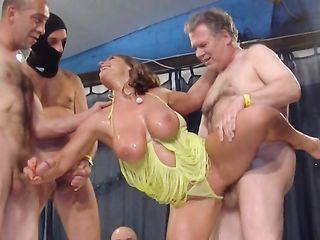 Крашеная зрелая женщина из Кельна трахается с толпой и размазывает сперму по большим сиськам