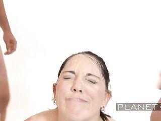 Голая брюнетка с голубыми глазами с громадным удовольствием умывается теплой спермой
