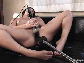 Смуглая любительница пирсинга прекрасно кончает на секс машине для жесткого траха