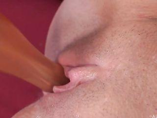 Одинокая возбужденная шлюшка с длинными ногтями дрочит вагину пальцами и порно игрушкой
