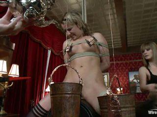 Безумные лесбиянки устроили для пленницы жесткий электро секс, который довел ее до оргазма