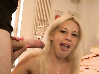 Сексуальная немка с большими отвисшими сиськами лихо трахается с любовником и супругом